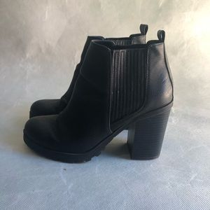 BLACK ANKLE BOOTS WITH CHUNKY HEEL